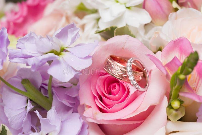Pierścienie ślubne w bukiecie ślubnym obrazy royalty free