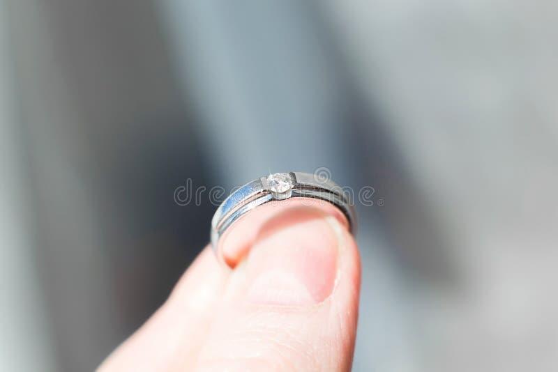 Pierścionek z brylantem w palcach obrazy royalty free