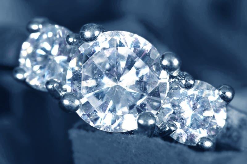 pierścionek zaręczynowy zbliżania się obraz stock