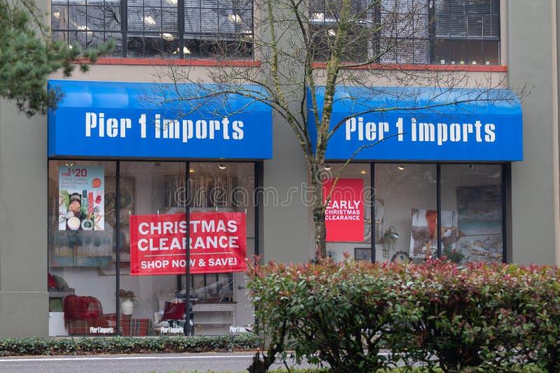 Pier1进口与圣诞节清除横幅的商店前面 库存图片