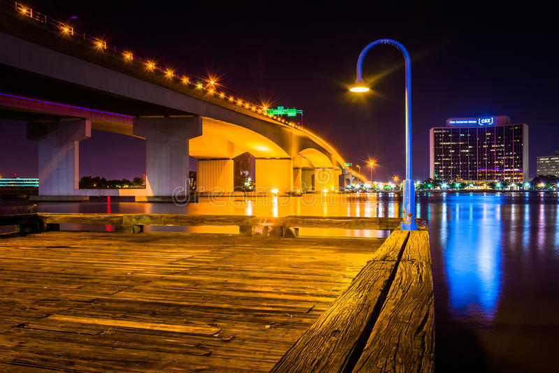 Pier and the Acosta Bridge over the St. John's River at night, i royalty free stock images