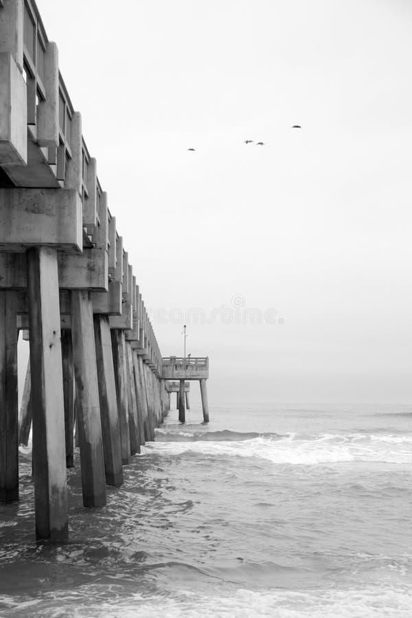 Pier auf Meer stockfotografie