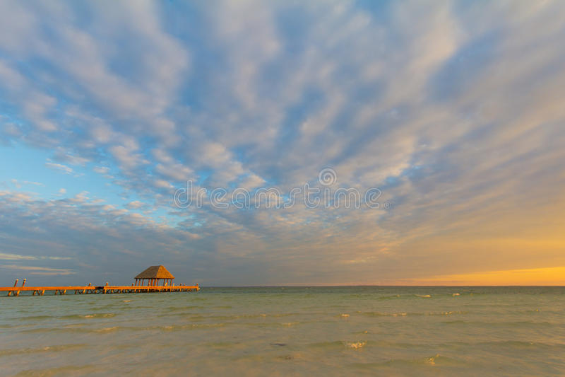 Pier bei Sonnenuntergang lizenzfreie stockbilder