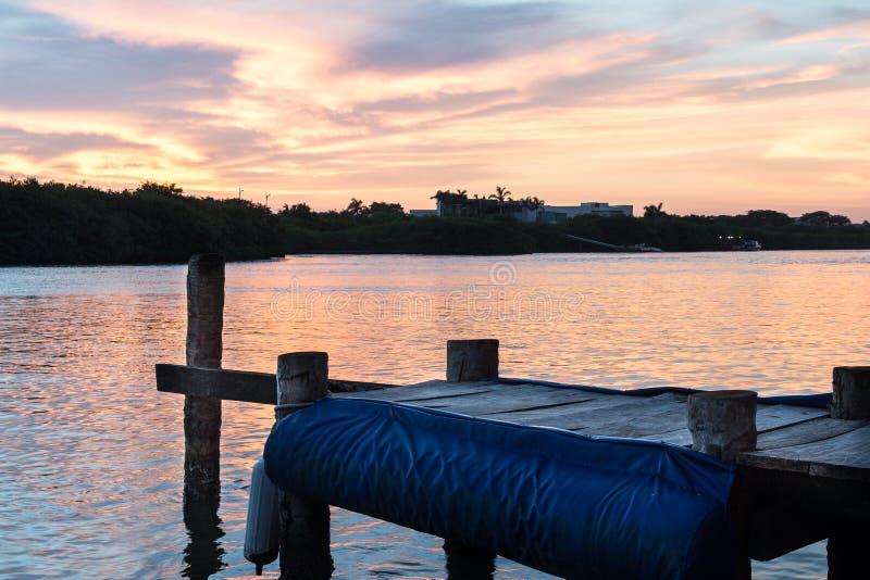 Pier bei Sonnenuntergang stockbilder