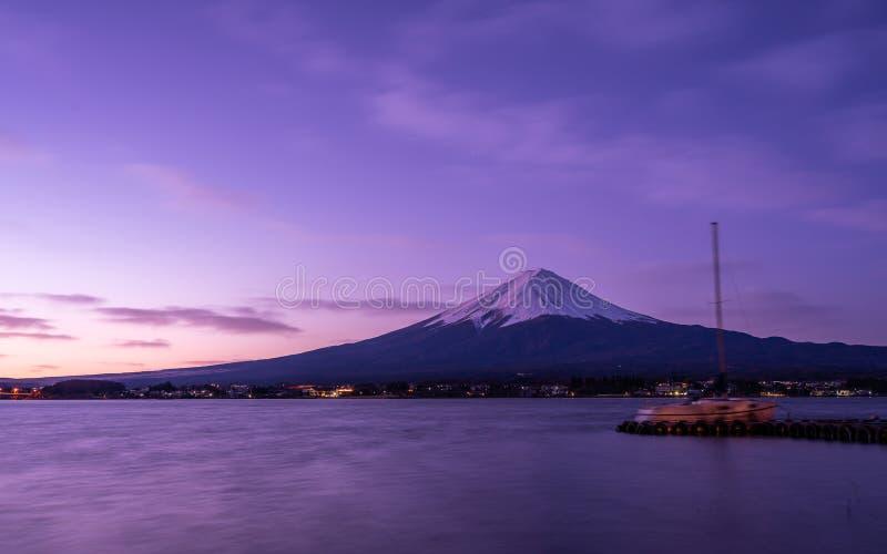 Pier Boat Port With Fuji zet Achtergrond op stock fotografie