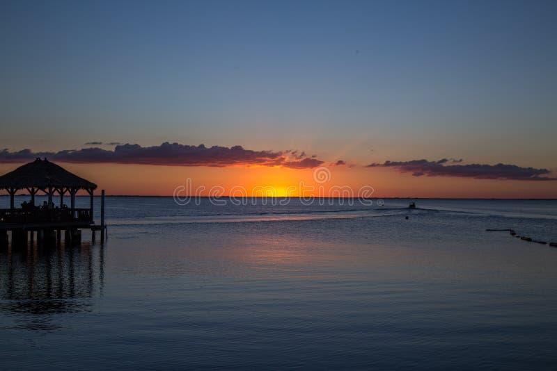 Pier, Boot und das Meer und der Sonnenuntergang stockfotografie