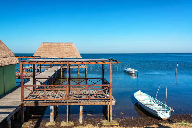 Pier in Champoton, Mexiko lizenzfreie stockbilder