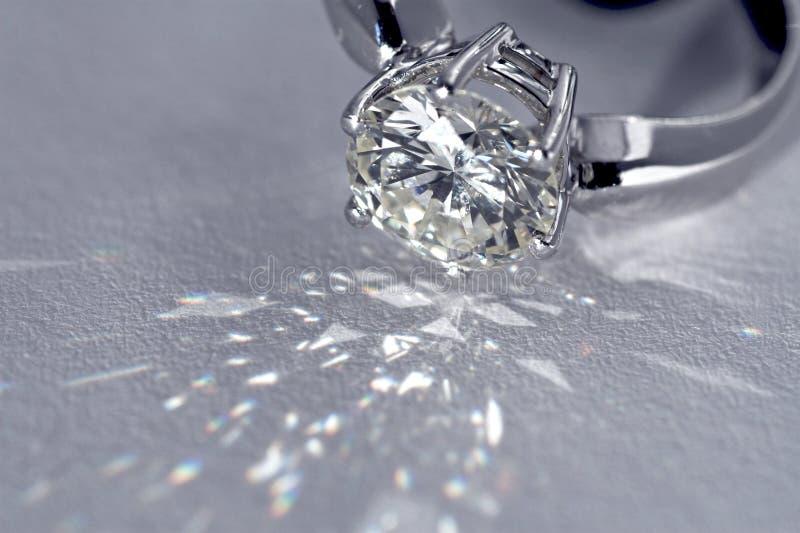Download Pierścionek z diamentem zdjęcie stock. Obraz złożonej z wysoki - 1851366
