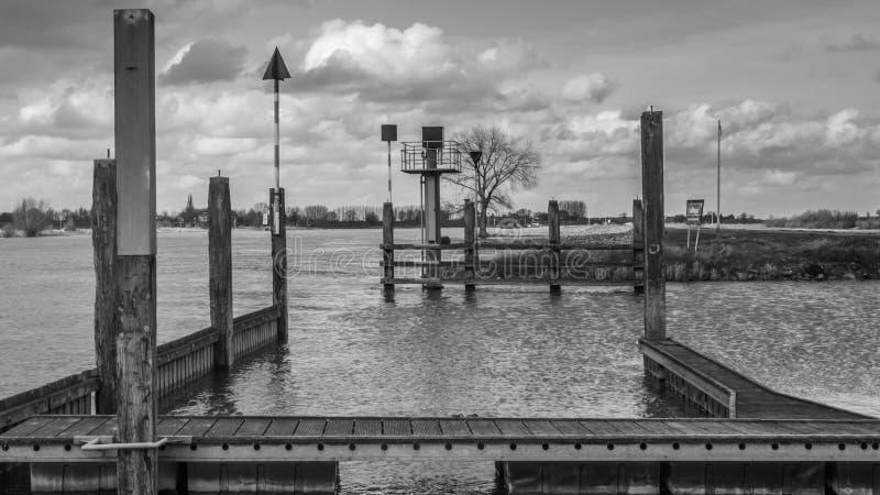 Pier in dem Fluss stockbild