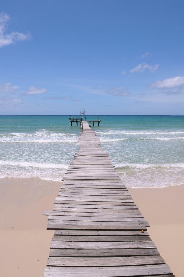 Pier, der heraus zu das Meer führt stockfoto