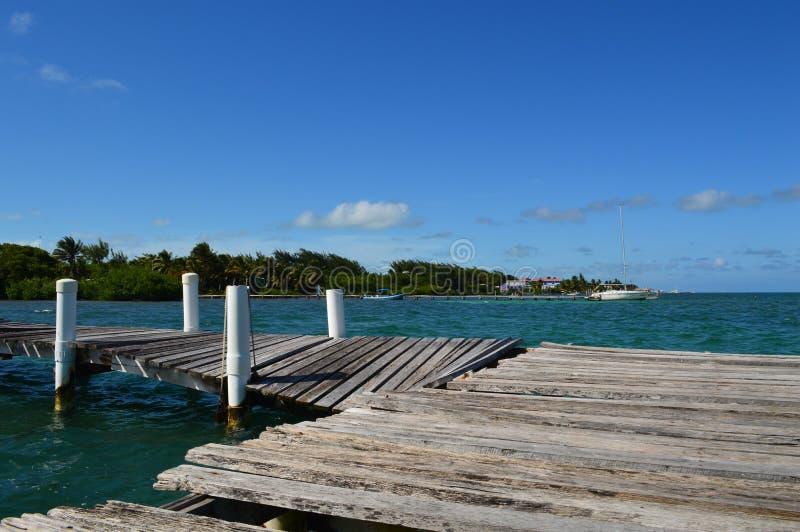Pier Destroyed par ouragan avec Crystal Clear Caribbean Waters, calfat de Caye, Belize photographie stock