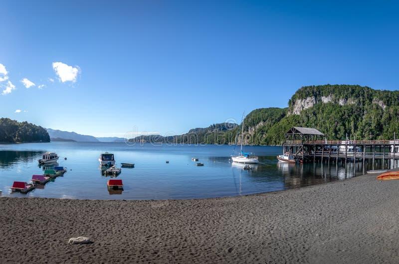 Pier Dock en Bahia Mansa Bay en Nahuel Huapi Lake - angostura del La del chalet, Patagonia, la Argentina fotos de archivo