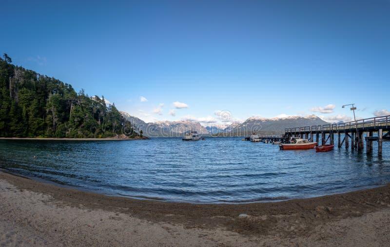 Pier Dock i Bahia Mansa Bay på Nahuel Huapi Lake - villaLaangostura, Patagonia, Argentina fotografering för bildbyråer