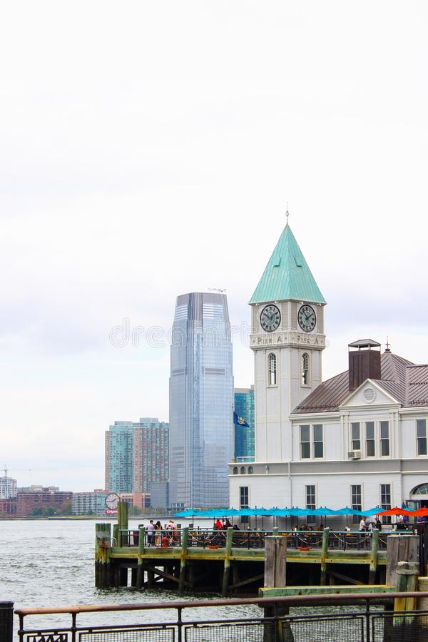 Pier ein Hafen-Haus aufgestellt auf Hudson River am Batterie-Park lizenzfreie stockbilder