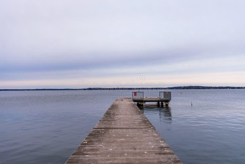 Pier Extending uit aan Meer Mendota in Madison Wisconsin royalty-vrije stock afbeelding