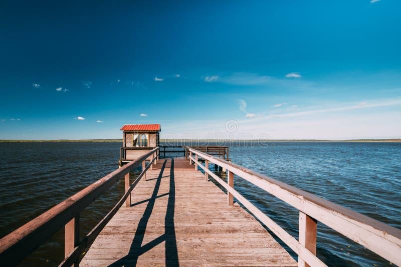 Pier For Fishing di legno, tettoia della casetta e bello lago o fotografia stock