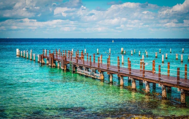 Pier i Karibiska havet, Cozumel, Mexiko arkivbilder