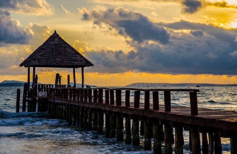 Pier in Kambodscha auf goldener Sonnenuntergangzeit lizenzfreie stockfotos
