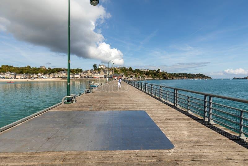 Pier La Fenetre et port de La Houle dans Cancale Brittany, France images libres de droits