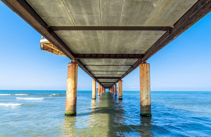Pier in Marina di Pietrasanta, Toskana, Italien lizenzfreies stockfoto