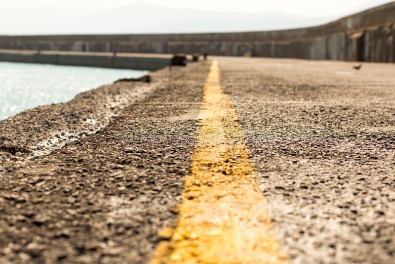 Pier markieren gelbe sichere Linie Meerblick Aussicht Panorama Sonntag lizenzfreies stockfoto