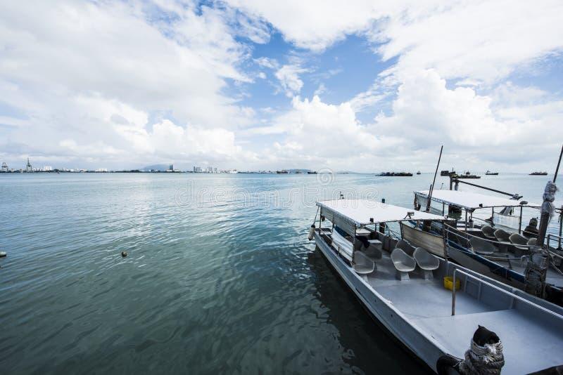 Pier met bootdag stock fotografie
