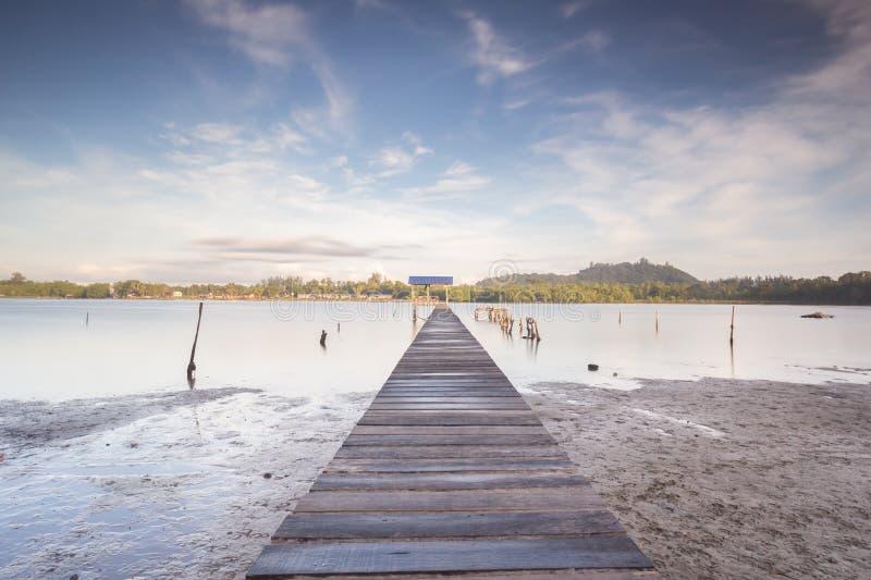 Pier met dorpsmening in Borneo royalty-vrije stock foto