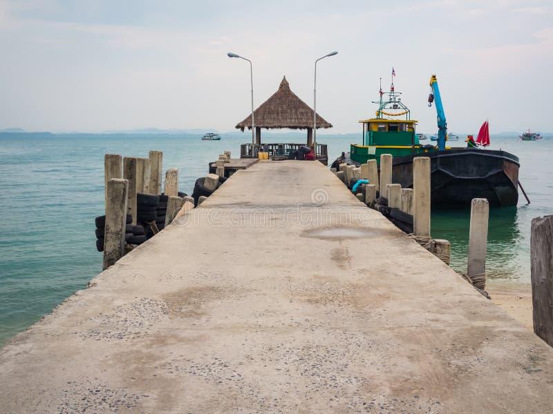 Pier mit einem Strohdach und einem Boot in Thailand stockfoto