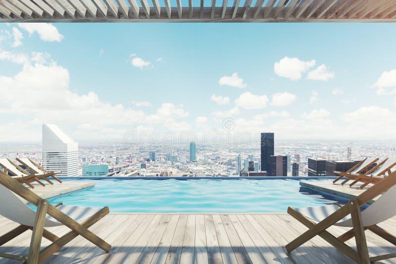 Pier mit weißen Klappstühlen nahe einem Pool, Stadt stock abbildung