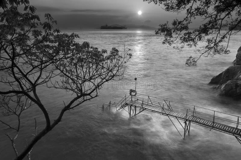 Pier onder zonsondergang stock fotografie