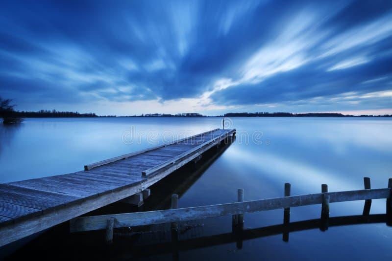 Pier op een meer bij dageraad, dichtbij het Nederland van Amsterdam stock foto's