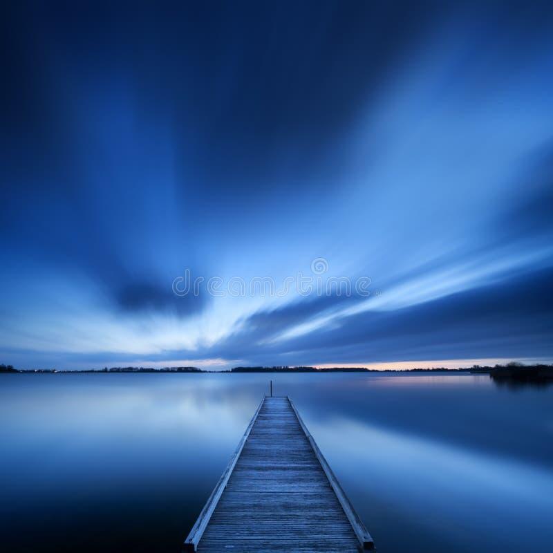 Pier op een meer bij dageraad in Nederland royalty-vrije stock foto
