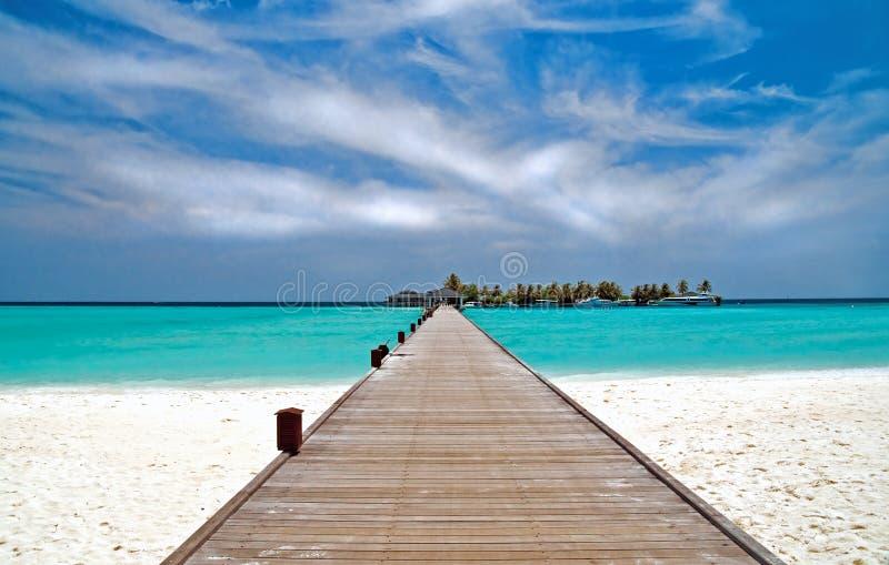 Pier op een tropisch strand stock foto's