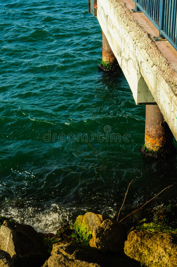 Pier And Rocky Shore stock afbeelding