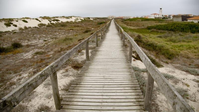 Pier sobre las dunas en la costa imagenes de archivo