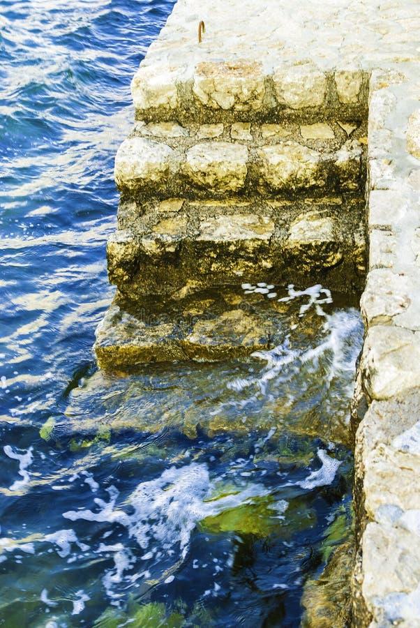 Pier Stairs på det krabba havet royaltyfria foton