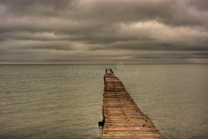 Pier Stretching Out Into The abandonné le Golfe du Mexique images stock
