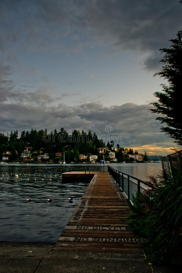Pier At The Swimming Lanes solo al parco della spiaggia di Meydenbauer in Bellevue dopo l'ora dopo buio immagine stock libera da diritti