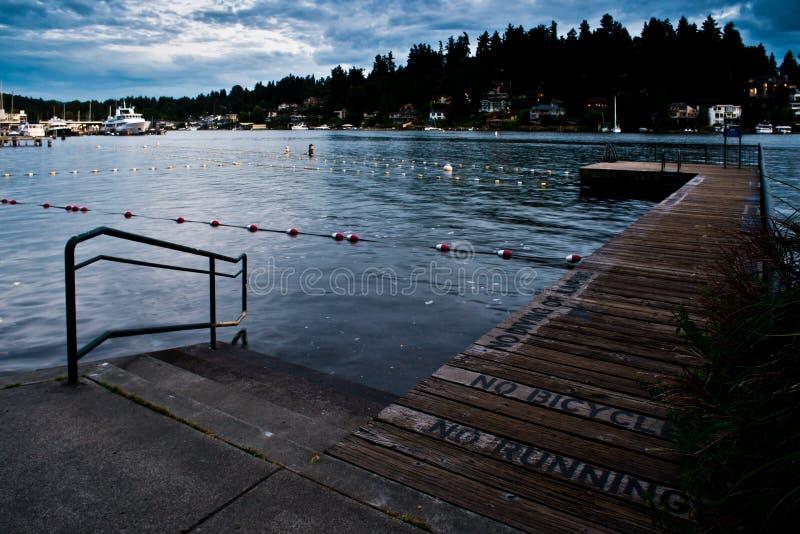 Pier At The Swimming Lanes solo al parco della spiaggia di Meydenbauer in Bellevue dopo l'ora dopo buio immagini stock libere da diritti