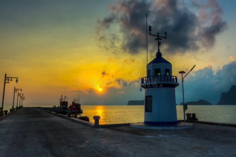 Pier tegen mooie zonsopgang. royalty-vrije stock afbeelding