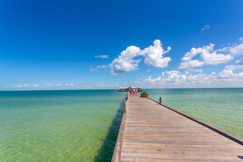Pier in tropischer Insel stockfotografie