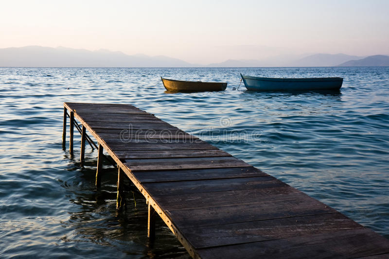 Pier und Boote am Sonnenuntergang stockfoto
