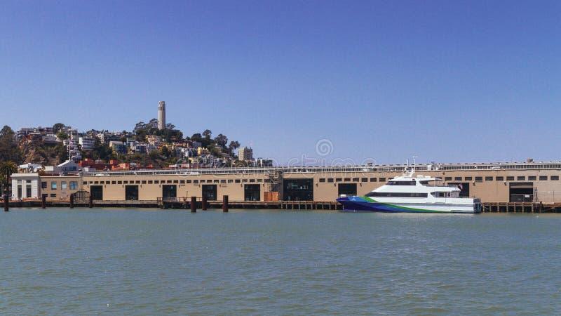 Pier und Coit-Turm auf Fernschreiber-Hügel in San Francisco, USA lizenzfreie stockfotos