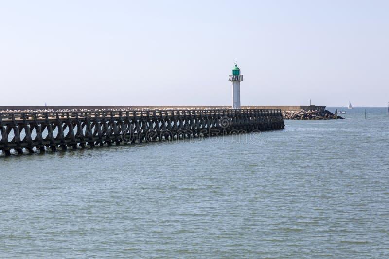 Pier und grüner Leuchtturm auf den Banken von Deauville lizenzfreies stockbild