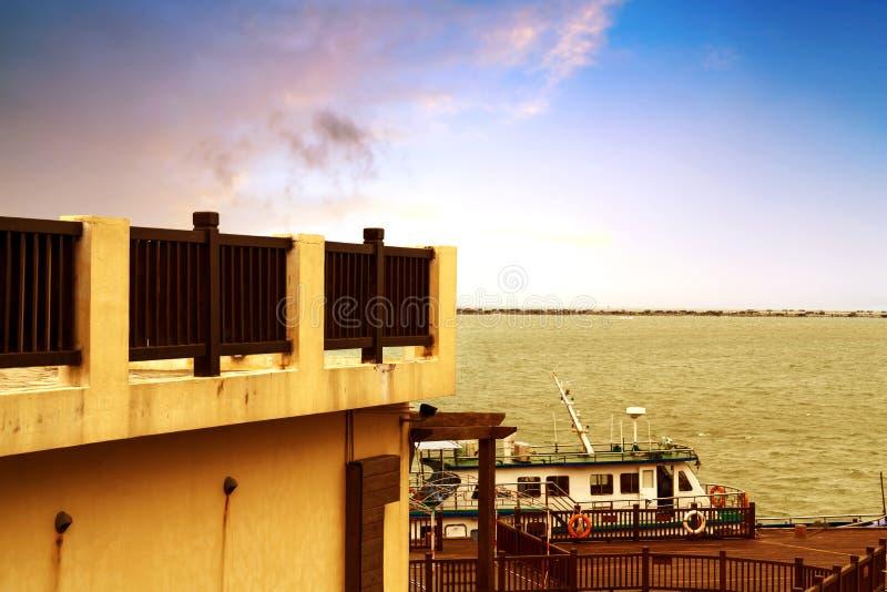 Pier und kleines Passagierschiff lizenzfreie stockfotos