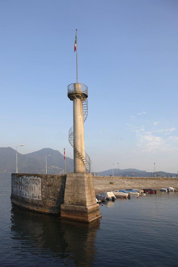 Pier und Leuchtturm im Kanal lizenzfreie stockfotos