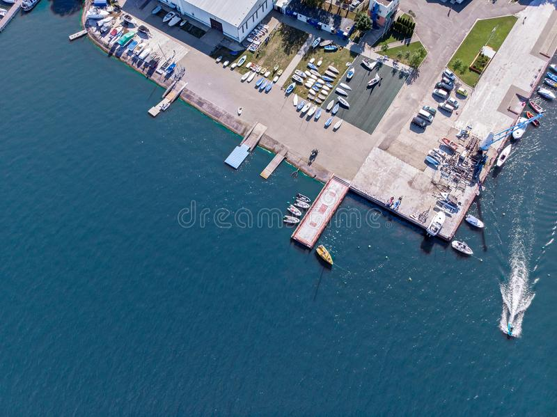 Pier und Yachtclub nahe See Von der Luftdraufsicht stockfotos