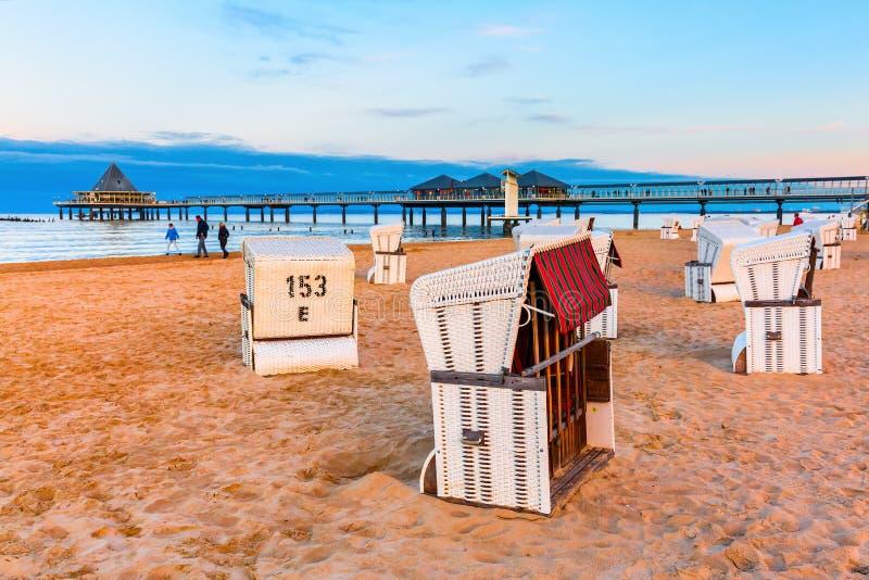 Pier von Heringsdorf, Deutschland, mit mit Kapuze Strandstühlen stockfotos