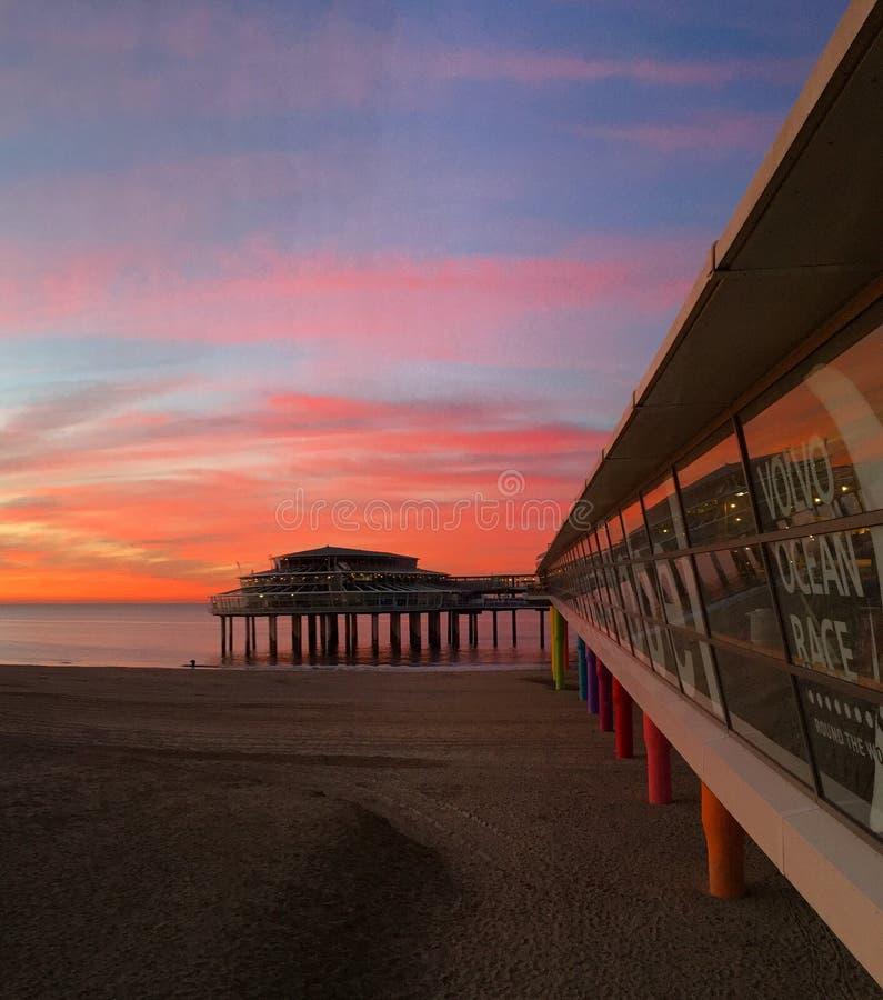 Pier von Scheveningen bei Sonnenuntergang stockbilder
