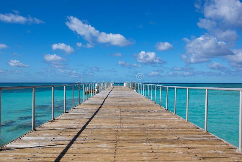 Pier zum Ozean stockbild